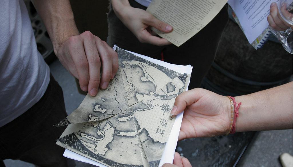 carte au trésor découpée en morceaux