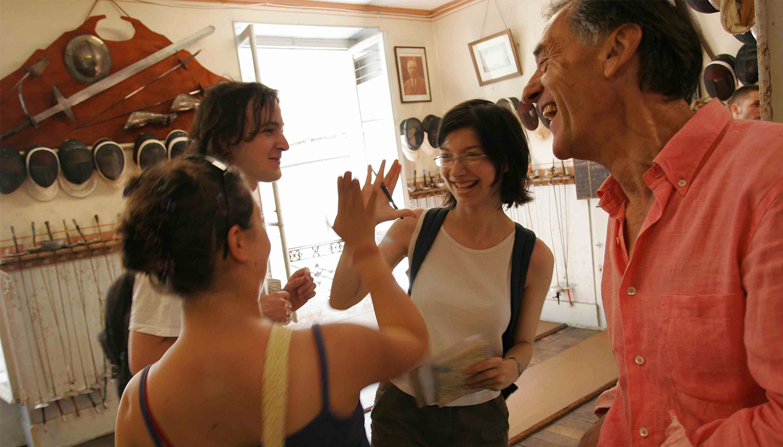 Des participants se congratulent chez un commerçant complice