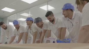 groupe d'ouvriers en casque rigolent pendant un escape game
