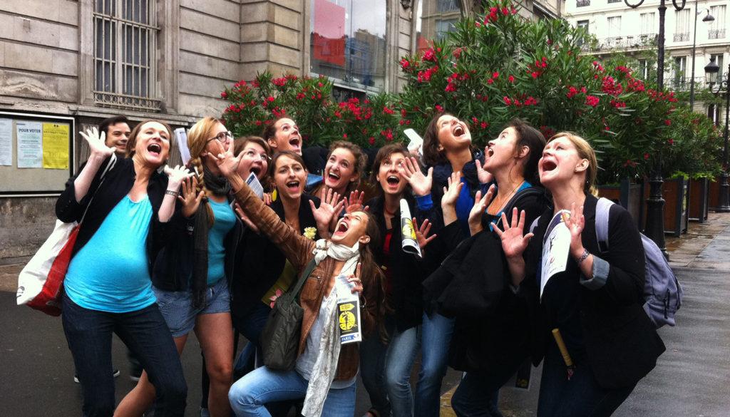 participantes crient de joie après victoire