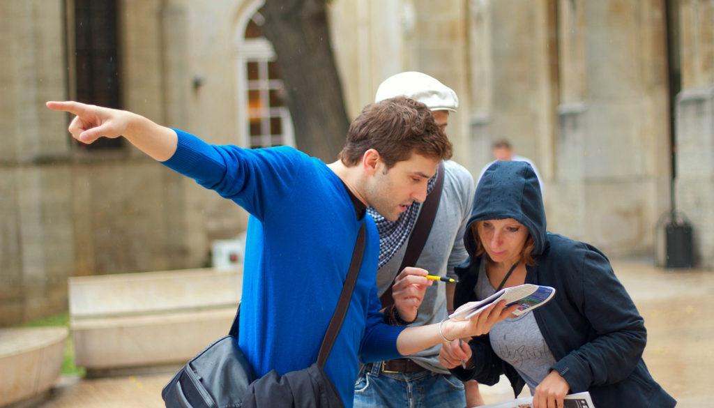participant montre du doigt un indice dans la rue