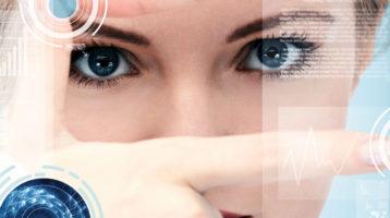 une femme futuriste regarde la caméra