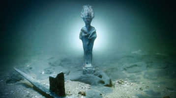 statue d'osiris sous l'eau
