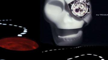 crâne avec une montre et une carte au trésor